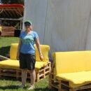 Die Loungesessel werden fertiggemacht