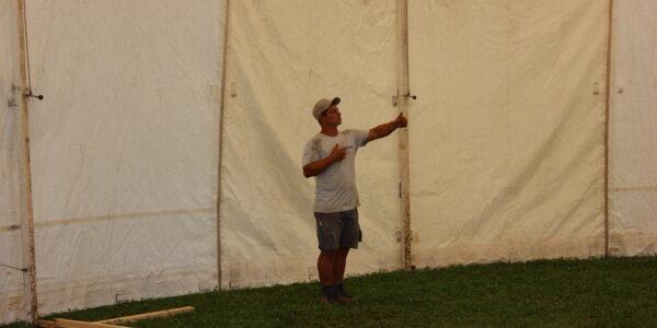 Bauleiter hilft beim richten der Chreiselbar